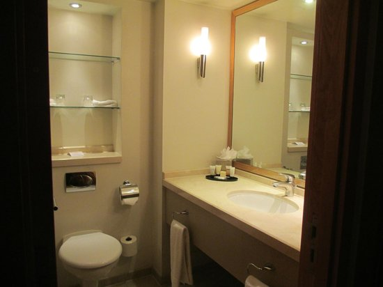 The Park City Grand Plaza Kensington Hotel : Roomy bathroom with shelves and selection of toiletries