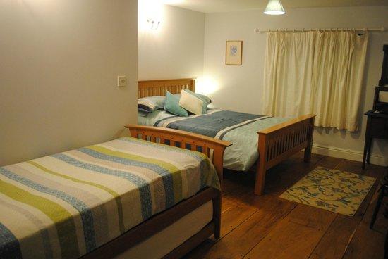 Broadpark Breaks B&B: Spacious bedroom
