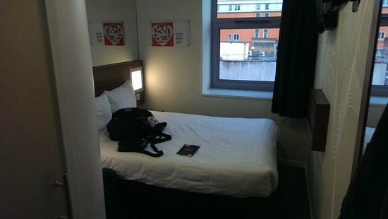Tune Hotel - Westminster: Main area, again not big fur functional (notice the window sill for storage)
