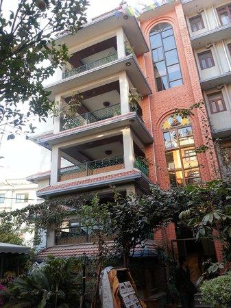 Hotel Ganesh Himal: taken from the garden