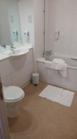 Premier Inn Bournemouth East (Lynton Court) Hotel: Lovely big clean bathroom.