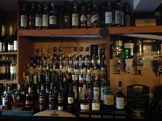 Sutherland Inn Hotel: about 100 whiskeys behind the bar