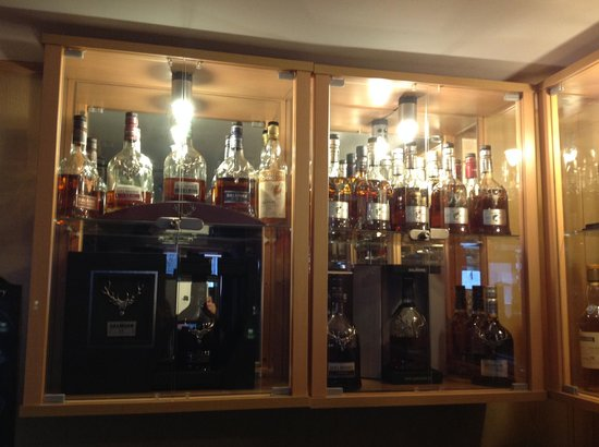 Sutherland Inn Hotel: Rare whiskeys all around the bar area