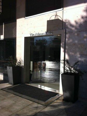 The Athens Gate Hotel : L'entrée principale sur l'avenue Syngrou