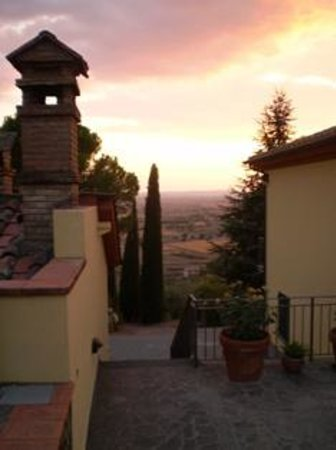 Agriturismo La Maesta: Looking from the back terrace to the sunset