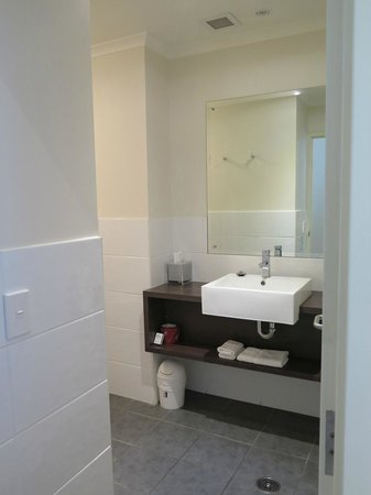 Macquarie Waters Hotel & Apartments: Bathroom
