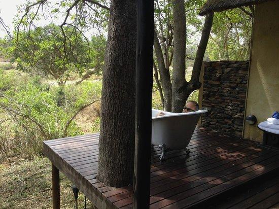 Pondoro Game Lodge: Hardekool outdoor bathtub