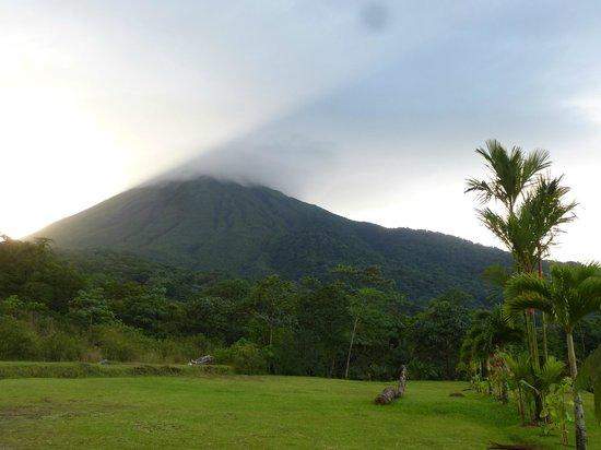 Hotel Lomas del Volcan: La puesta de sol tras el volcán