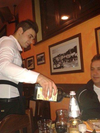 Pizzeria Pub Luna Rossa: Cameriere Antonio