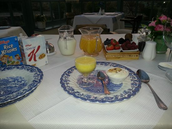 Barratts of Tyn Rhyl: Breakfast served in a lovely warm cosy conservatory