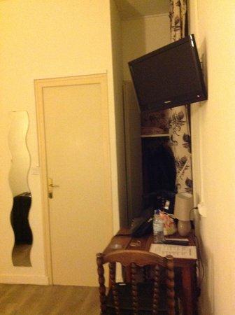 Hotel de France et de Guise : coin penderie et télévision
