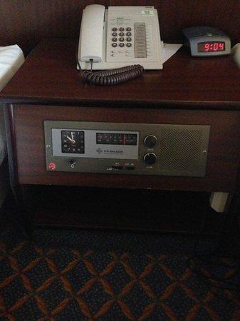 Leonardo Hotel Wolfsburg City Center: Ancient Radio Bedside Cabinet