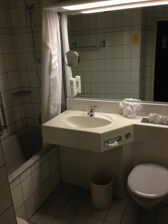 Leonardo Hotel Wolfsburg City Center: Grey Bathroom Suite