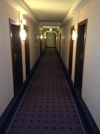 Leonardo Hotel Wolfsburg City Center: Dark & Dated Hallway