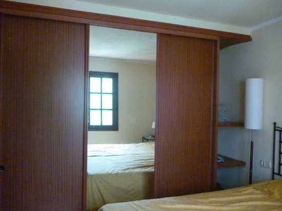 Fuentepark Apartamentos: Massive wardrobes with loads of storage