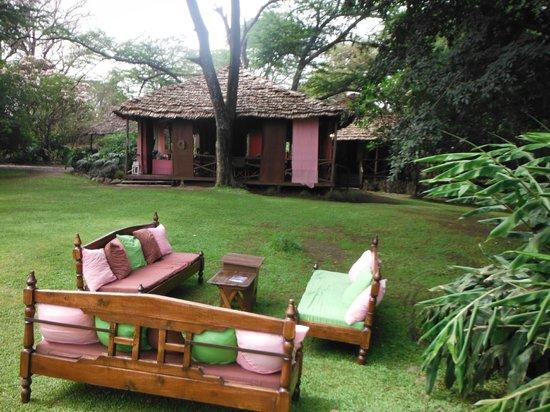 The River House: Jardin, salon extérieur et salle de restaurant.