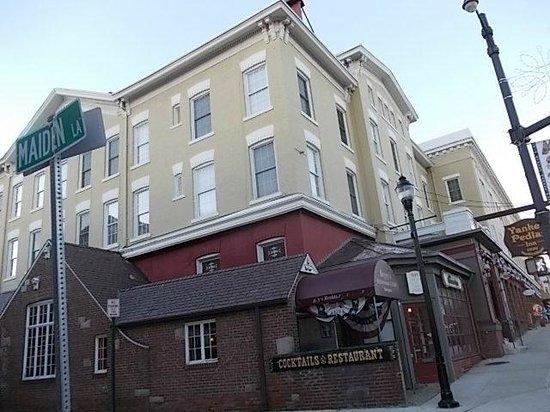 Yankee Pedlar Inn: outside