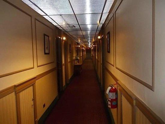 Yankee Pedlar Inn: hall ways