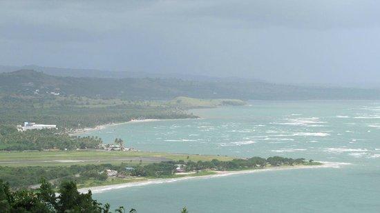 Sandy Beach mit Flughafen und Coconut Bay Resort