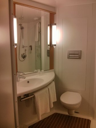 Ibis London Shepherds Bush: Bathroom