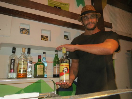 Rio Hostel & Suites Santa Teresa: Pimenta runs the bar