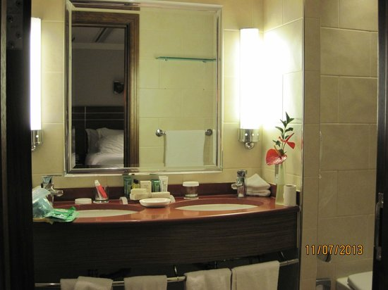 Hilton London Paddington: Muirgold Suite: The bath vanity