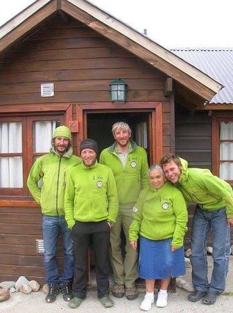 Cabañas Cerro Torre: Grupo de escaladores y Clara en puerta de Cabaña N°4