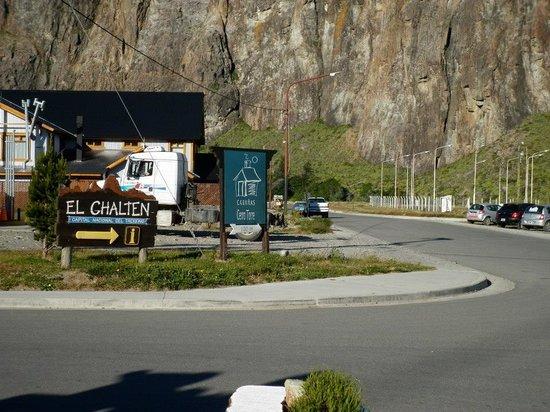 Cabañas Cerro Torre: Cartel Cerro Torre al ingreso al Chalten, a 100mts de nuestro Complejo.