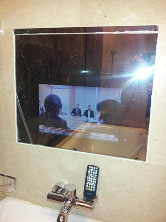 Fraser Suites Chengdu: Tub & TV