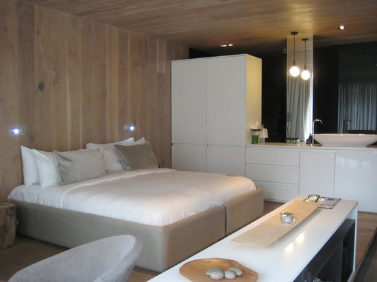 POD Camps Bay: Bed & bathroom