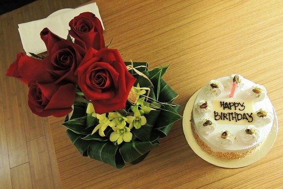 Hyatt Regency Kuantan : The Cake and the Roses they brought for my wife's birthday