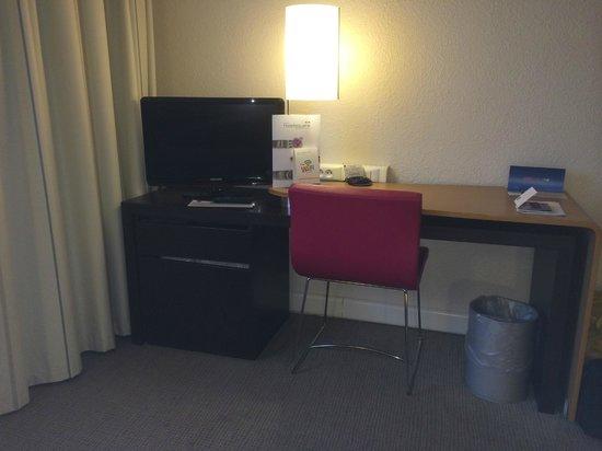 Novotel Brugge Centrum: Le coin bureau-télé