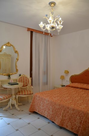Santa Marina Hotel: Cama