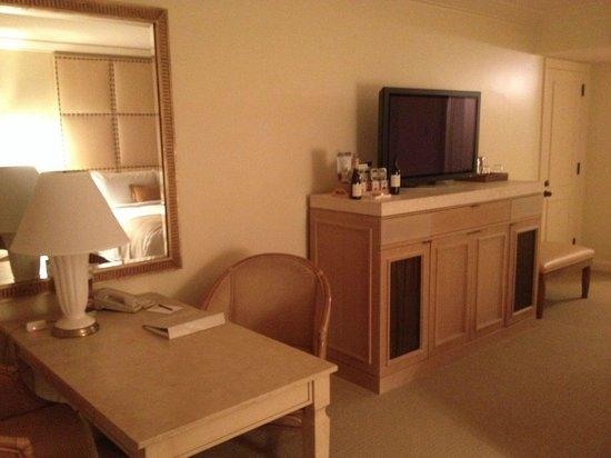 Island Hotel Newport Beach : TV con equipo Bose
