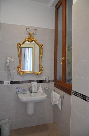 Santa Marina Hotel: Baño