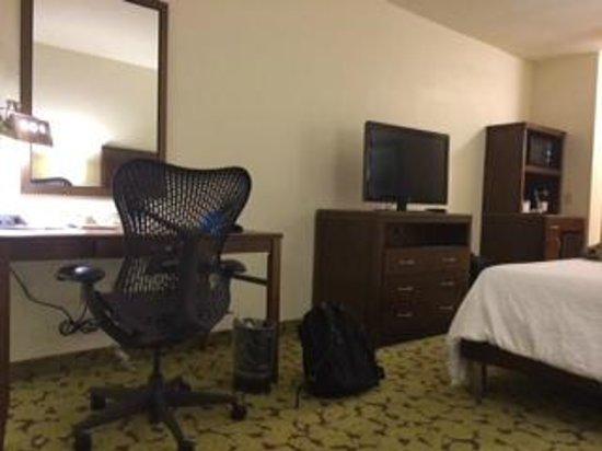 Hilton Garden Inn Boca Raton: Another angle of the bedroom