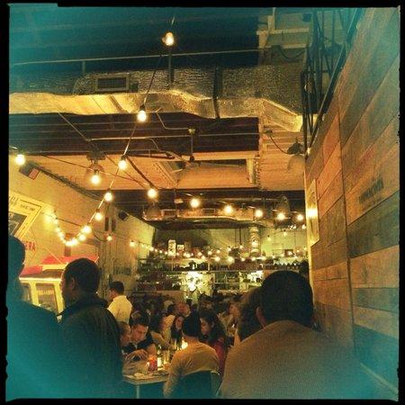 Tacombi: 店内の様子。土曜の夜で満席でした。