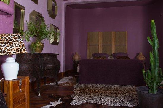 chambre milton cosy et salle de bain annee 70 picture of chateau du besset saint romain de. Black Bedroom Furniture Sets. Home Design Ideas