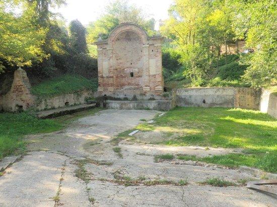 Castello Chiola Hotel: Loreto's fresh spring water fountain