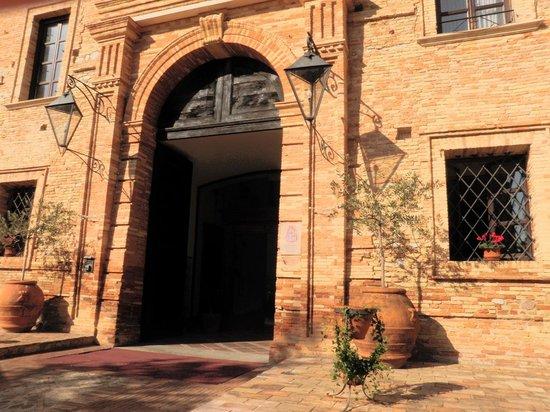 Castello Chiola Hotel : Castle entrance