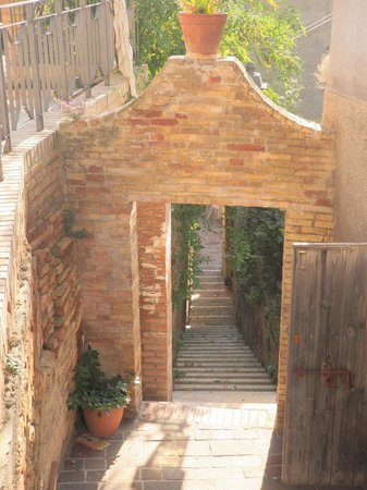 Castello Chiola Hotel: Residential walkway