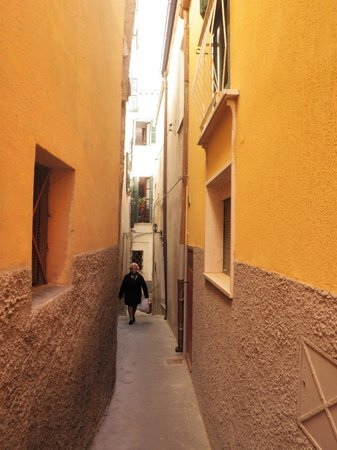 Castello Chiola Hotel: Arms width alley in town