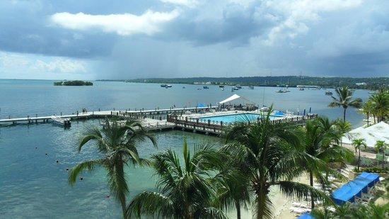 GHL Hotel Sunrise: Vista do nosso quarto - piscina e praia