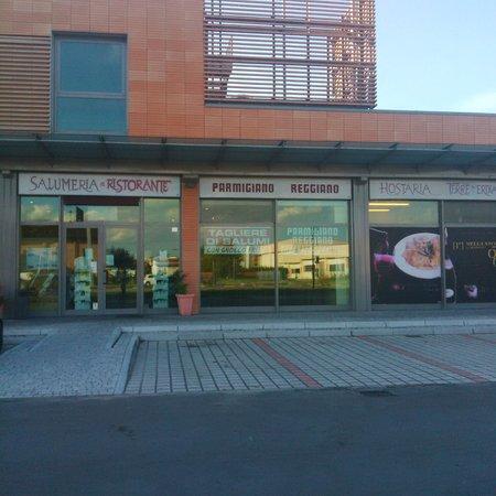 Fidenza, Italia: Esterno e parcheggio