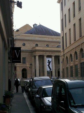 Grand Hotel des Balcons: Das Odeon vom Hoteleingang aus gesehen