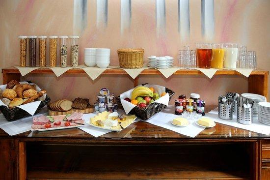 Big City Hostel: Breakfast Table