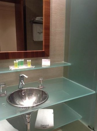 Sercotel Sorolla Palace Hotel : nice modern bathroom. but hairdryer was a letdown.