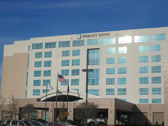 Embassy Suites by Hilton Portland Airport: Exterior from parking lot