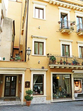 Hotel Isabella: Front view Hotel Isobella. Taorminna.