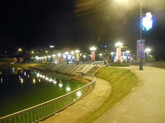 Dalat Plaza Hotel: I love this Lake near our hotel! It has bench to sit and relax.